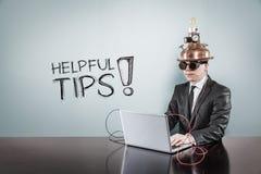 Nuttige uiteindentekst met uitstekende zakenman die laptop met behulp van royalty-vrije stock fotografie