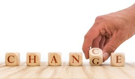 Nutzen Sie Gelegenheiten, die Änderung zu bewerkstelligen, die mit Würfeln vor weißem Hintergrund dargestellt wird stockfotografie