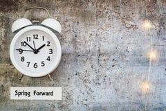 Nutzung des Tageslichtss-Zeit-Frühlingssehen Vorwärtskonzeptspitze unten mit weißer Uhr an lizenzfreie stockfotos