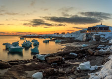 Nuuk miasta schronienia zmierzchu stary widok z górami lodowa Obrazy Stock