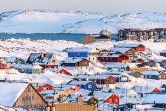Nuuk miasto zakrywający w śniegu z morzem i górami Obraz Stock