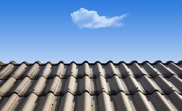 A nuvem é levita sobre o telhado imagens de stock royalty free