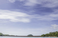 Nuvem bonita e céu azul na represa do chiewlarn ou na represa do ratchaprapa Imagens de Stock