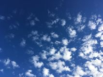 Nuvem bonita no céu azul fotos de stock royalty free