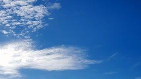 Nuvem bonita no céu azul brilhante imagens de stock