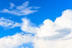 Nuvem branca agradável no céu Imagem de Stock Royalty Free