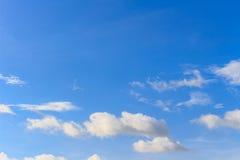 Nuvem branca agradável no céu Imagens de Stock Royalty Free