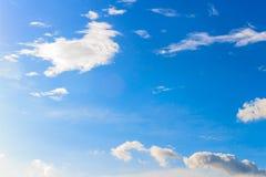 Nuvem branca agradável no céu Fotos de Stock