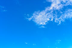 Nuvem branca agradável no céu Imagem de Stock