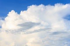 Nuvem branca agradável no céu Foto de Stock