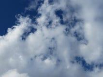 Nuvem branca e céu ciano fotografia de stock royalty free