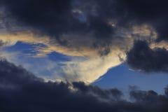 Nuvem branca e escura Imagem de Stock