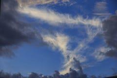 Nuvem branca e escura Fotografia de Stock
