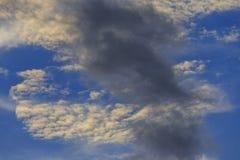 Nuvem branca e escura Fotos de Stock