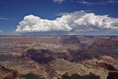 Nuvem branca grande sobre o Grand Canyon fotografia de stock