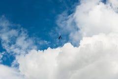 A nuvem branca macia puramente branca gosta do algodão doce contra o céu azul limpo Fotos de Stock