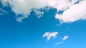A nuvem branca na parte superior e no céu cianos está abaixo Fotografia de Stock Royalty Free