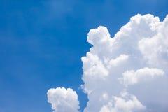 Nuvem branca no céu azul Fotografia de Stock