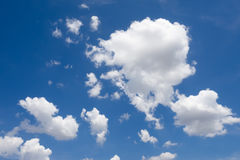 Nuvem branca no céu azul Foto de Stock