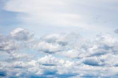 A nuvem branca no céu azul Fotos de Stock