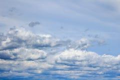 A nuvem branca no céu azul Imagens de Stock