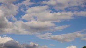 A nuvem branca que corre através do céu azul, nuvem inchado de rolamento está movendo-se em um dia de verão filme