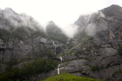 A nuvem cobriu Rocky Mountains em Manali, Índia imagens de stock royalty free