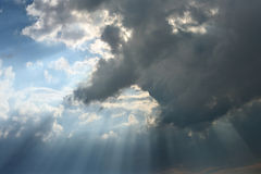 Nuvem com feixes Fotografia de Stock