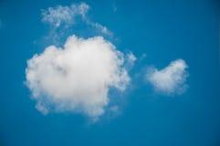 Nuvem com o coração dado forma fotografia de stock