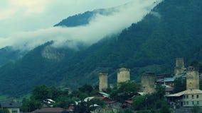 Nuvem da névoa que aumenta da floresta conífera, Mestia, Geórgia vídeos de arquivo