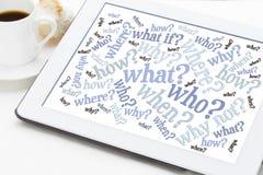 Nuvem da palavra das perguntas em uma tabuleta digital Fotos de Stock