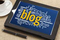 Nuvem da palavra do blogue na tabuleta digital imagens de stock
