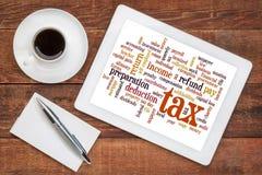 Nuvem da palavra do imposto na tabuleta foto de stock
