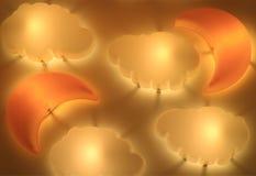 Nuvem dada forma e Crescent Moon Shaped Lamps Shining na parede fotos de stock