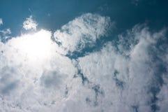 Nuvem de cúmulo bonita no fundo brilhante do céu o céu e Fotos de Stock