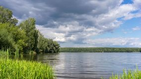 A nuvem de chuva vem sobre um lago vídeos de arquivo