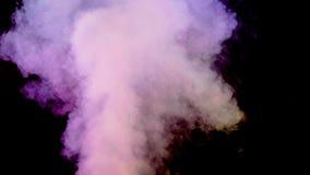 Nuvem de fumo abundante que emerge no fundo preto filme