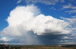 A nuvem de tempestade grande acima da cidade Fotos de Stock Royalty Free