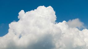 Nuvem de trovão majestosa grande que aumenta sobre o horizonte Fotos de Stock Royalty Free