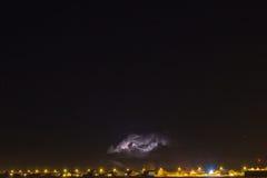 Nuvem de trovão sobre a vila e o relâmpago que saem d Imagem de Stock Royalty Free