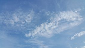 Nuvem do Scatter e céu azul Foto de Stock Royalty Free