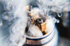 Nuvem do vape dos atomizadores - ascendente próximo Fotografia de Stock Royalty Free
