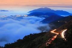 Nuvem dramática com sinal da montanha e do carro imagens de stock royalty free