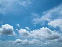 Nuvem e céu Nuvem branca bonita original da perspectiva no céu azul Fotos de Stock