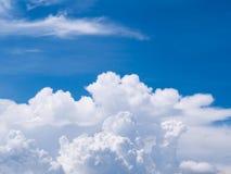 Nuvem e céu Nuvem branca bonita original da perspectiva no céu azul Fotos de Stock Royalty Free