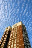 Nuvem e edifício Fotografia de Stock
