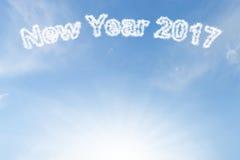 Nuvem e luz do sol do ano novo feliz 2017 no céu azul Imagens de Stock