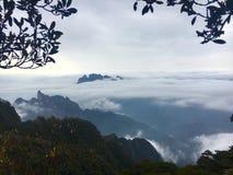 Nuvem e montanha Foto de Stock
