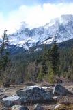 A nuvem e a neve cobriram a montanha Foto de Stock Royalty Free