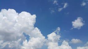 Nuvem enorme e o céu azul Fotografia de Stock
